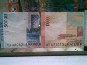 uang palsu 100 dan 50 ribu