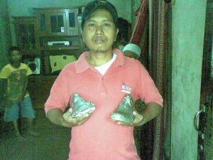 salah seorang pengunjung yang berphoto dengan dengan sepatu aneh